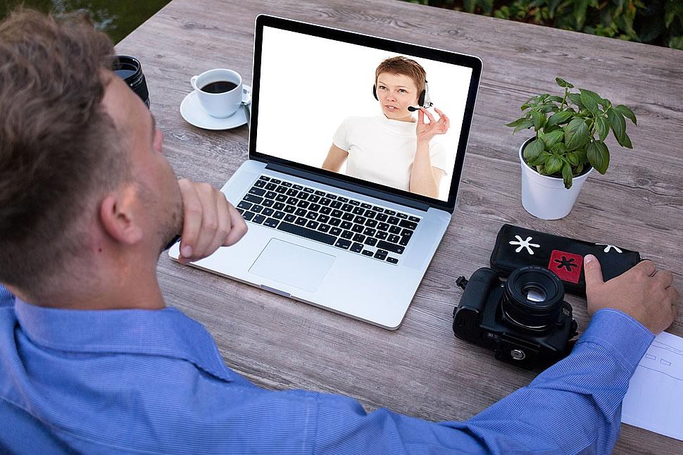 In Online-Meetings sollten wir auf die passende Kulisse achten. Foto: Tumisu / pixabay.com
