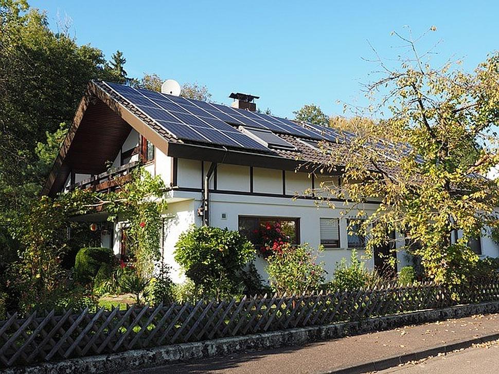 Eine Solaranlage auf dem Dach hat grundsätzlich viele Vorteile, bringt aber Kosten mit sich. Lohnt sich das Ganze? Foto: pixabay.com