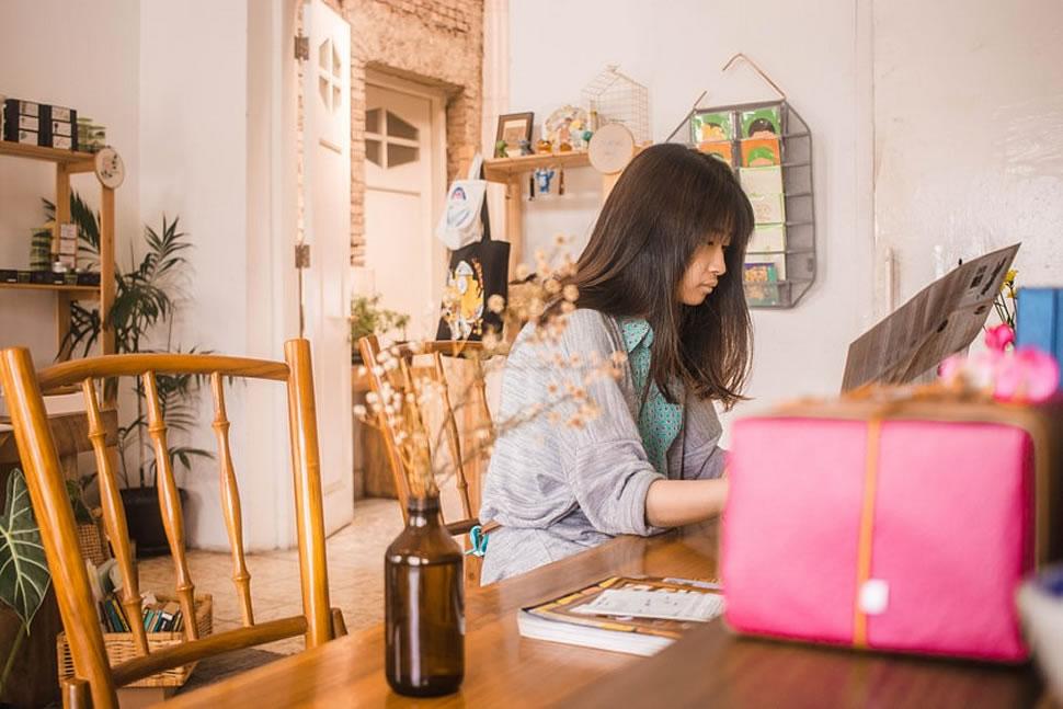 Möbel in Holzoptik erfreuen sich wieder großer Beliebtheit. Echtholz trägt dabei auch noch viel Positives zum Raumklima bei. - Foto: Yoel Peterson / Unsplash.com